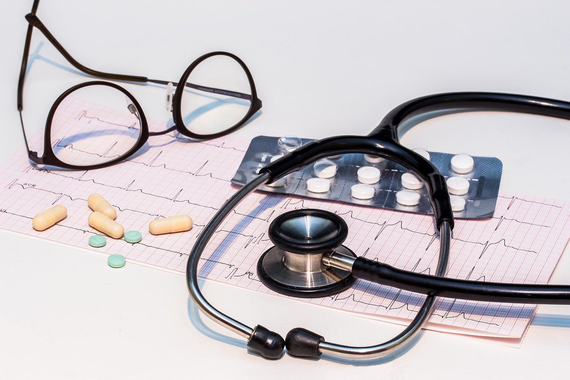 stetoskop, leki, wyniki badań, okulary