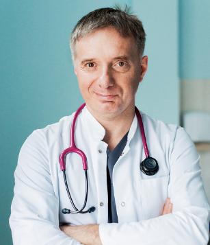 Uśmiechnięty doktor w przychodni lekarskiej Primula Clinic