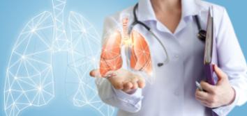 Pani lekarz prezentująca zdrowe płuca