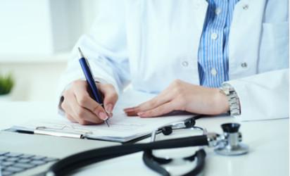 Pani lekarz z poradni internistycznej zapisująca wyniki badań