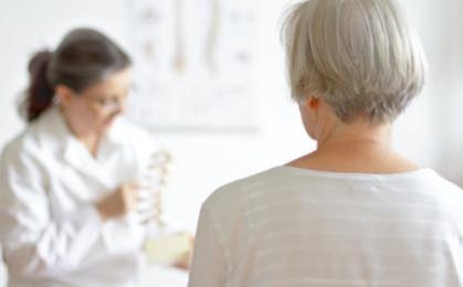 starsza kobieta podczas wizyty w poradni pulmonologicznej