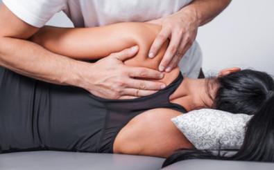 Kobieta podczas wizyty u fizjoterapeuty