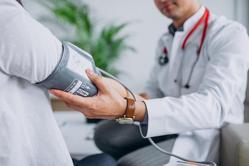 Lekarz sprawdza pacjentowi ciśnienie krwi przy użyciu