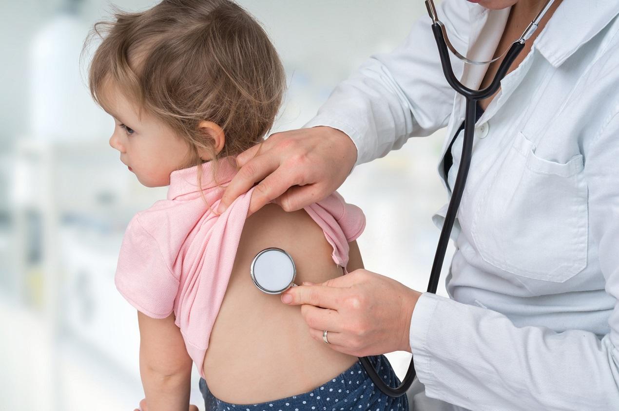 Lekarz pediatra badający małą dziewczynkę stetoskopem