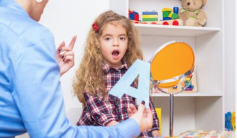 Mała dziewczynka uczy się wymawiać literę A